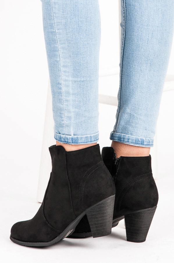 c061e7db6cd Pohodlné černé semišové kotníkové boty s tvarovanou patou