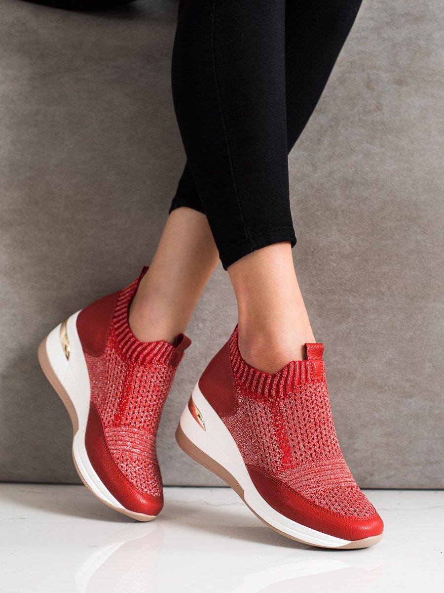 Pohodlné červené dámské tenisky na klínku