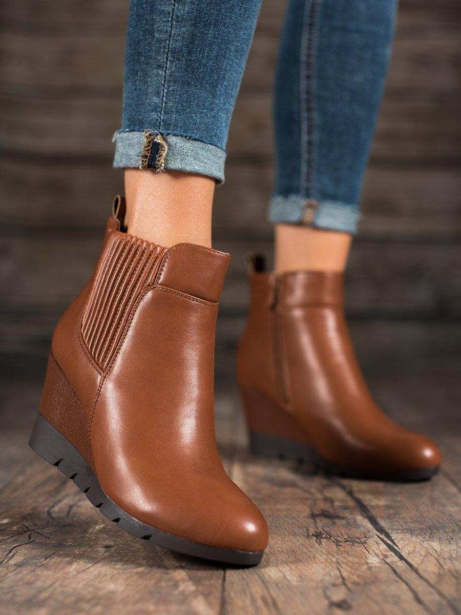 Praktické dámské kotníčkové boty hnědé na klínku