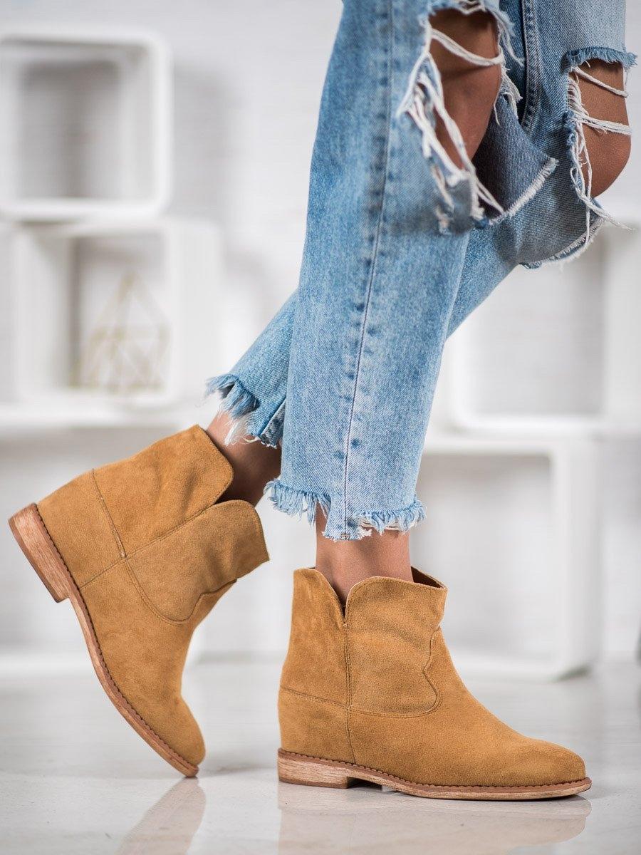 Praktické hnědé dámské kotníčkové boty na klínku