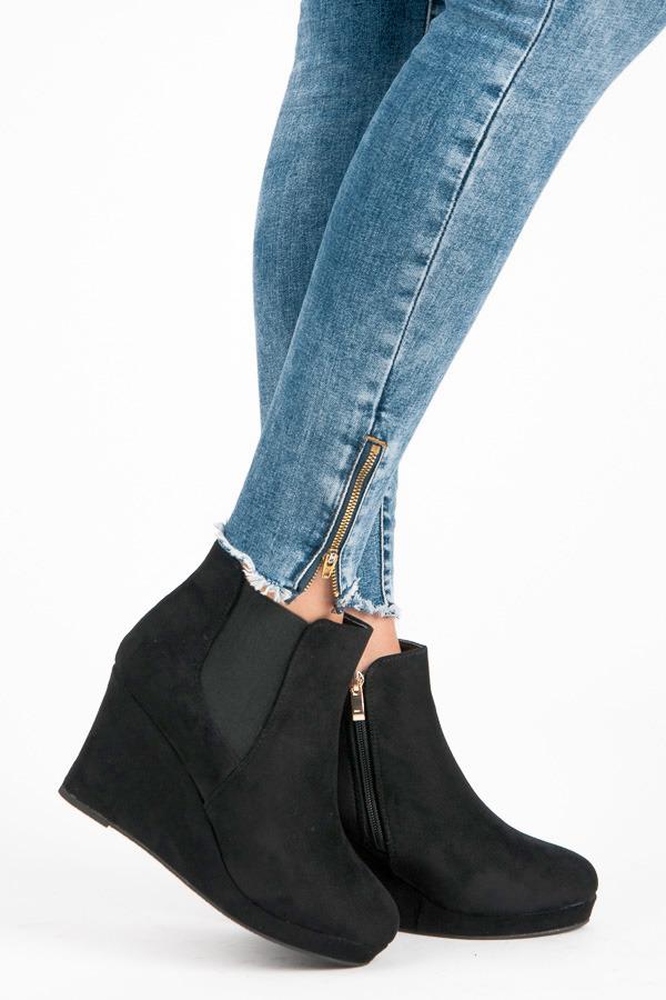 Skvělé černé semišové kotníčkové boty na klínu  4986d94a68