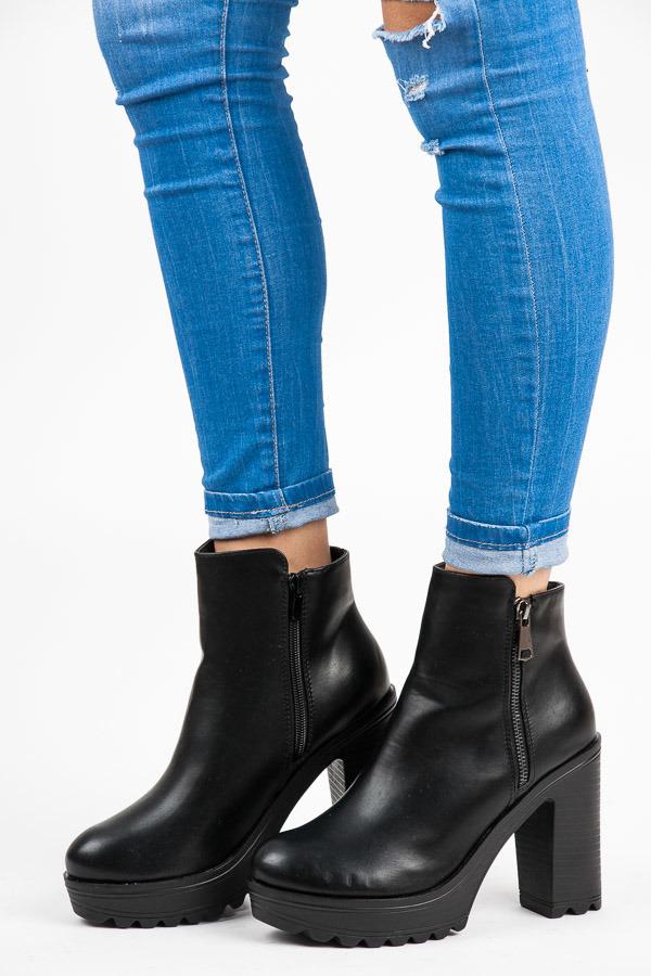 4a993aea7b Vysoké černé kotníkové boty na platformě a podpatku