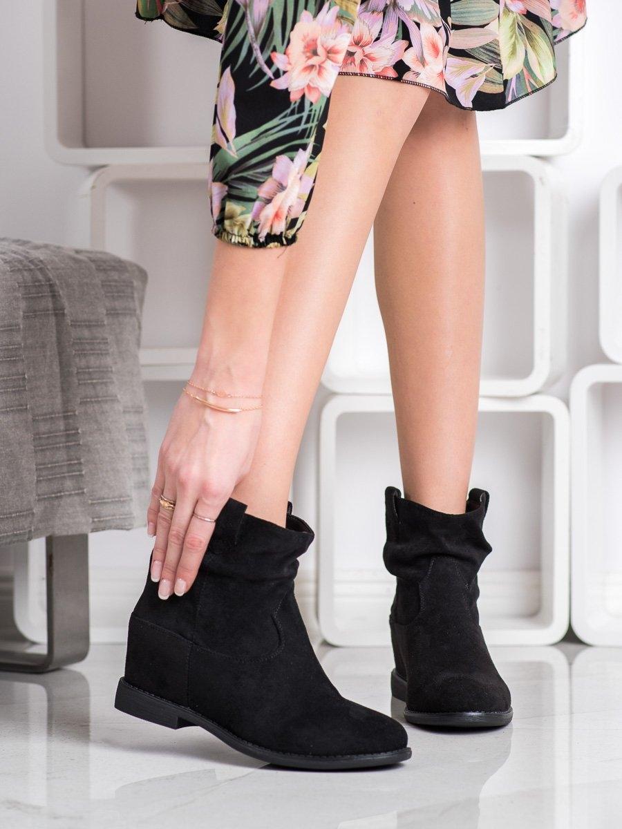 Zajímavé dámské kotníčkové boty černé na klínku